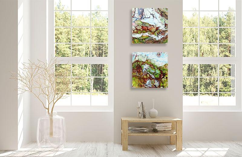 Ophængning af abstrakte malerier i entréen