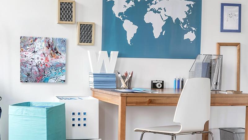 Et værelse eller kontor med et lille abstrakt maleri